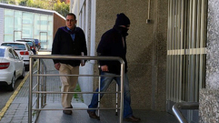 El ganadero de Axulfe llega al juzgado con la cara tapada