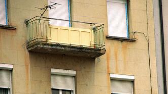 Balcón con puerta de seguridad en Ourense, en uno de los extremos del Puente Romano