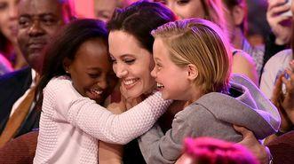 Angelina Jolie reapareció en público tras conocerse que se había sometido a la operación para extirparse los ovarios y lo hizo junto a sus hijas, Zahara y Shiloh.