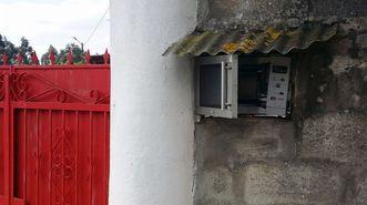 En A Cañiza un microondas situado fuera de una casa sirve para dejar (¿y quién sabe si calentar?) el pan.