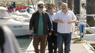 El alcalde de Ares, Julio Iglesias, acompañó a Almodóvar y al equipo en un recorrido por el puerto deportivo.