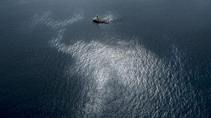 Fotografía facilitada por Greenpeace del vertido de fuel del pesquero ruso Oleg Naydenov, localizado a 2.700 metros de profundidad y a 15 millas (24 kilómetros) del sur de Gran Canaria