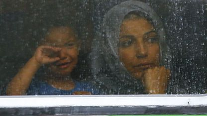 Una mujer y un niño, tras la ventanilla de uno de los trenes