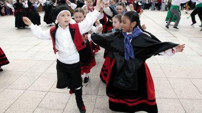 Hoxe vivimos nunha sociedade cada vez máis plural, con nenos doutras razas, doutras rexións, doutras culturas tamén na nosa contorna escolar