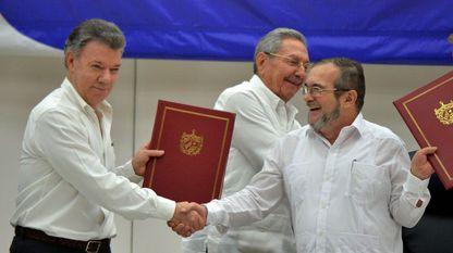 El presidente de Colombia, Juan Manuel Santos, estrecha la mano al líder de las FARC, Timoleon Jiménez, conocido como Timochenko