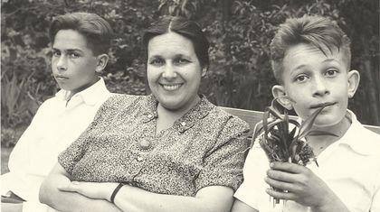 Luisa Viqueira con sus hijos Luis y Manuel