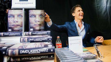 """David Lagercrantz, autor de la continuación de la trilogía """"Millennium"""" creada por el escritor sueco ya fallecido Stieg Larsson, firmando ejemplares de la novela en una librería de Estocolmo el 27 de agosto, fecha de lanzamiento mundial de """"Lo que no te mata te hace más fuerte"""""""