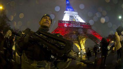 La esencia de la noticia está en el qué, en los hechos que nos hablan del terrible atentado de París. En la foto, la torre Eiffel custodiada por soldados e iluminada con los colores de la bandera francesa