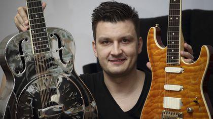Óscar Rosende, líder de Brothers in Band, con dos de sus guitarras
