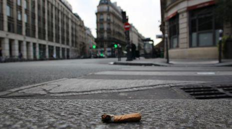 París multará a las personas que tiren colillas al suelo