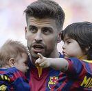 Piqué y Shakira presumen de niños en el Camp Nou