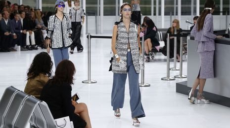 Karl Lagerferld te invita a viajar en Chanel Airlines