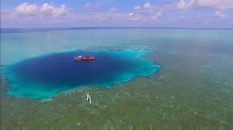 El impresionante agujero azul en el Mar de China