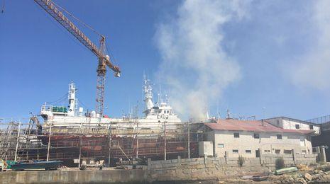 Arde un barco en un astillero de Os Praceres