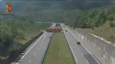 La peligrosísima maniobra de un camionero italiano