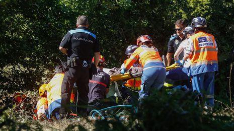 Rescatan a un hombre atrapado en su tractor enSerantes