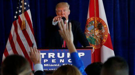 Trump pide a Rusia que piratee los correoselectrónicos de Hillary Clinton