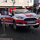 Un coche empalado en un pivote enuna rotonda de Pontevedra