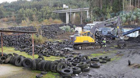 Comienza la retirada de los neumáticos apilados en Fene