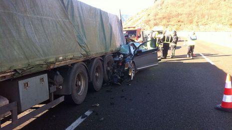 Fallece el conductor de un turismo tras empotrarse contra un camión en la A-6, en As Nogais