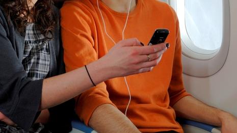 Las compañías aéreas planean eliminar las pantallas de entretenimiento de los aviones