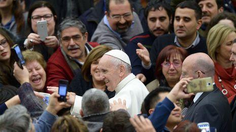 El papa Francisco llama a los párrocos a acoger a los jóvenes que conviven sin casarse