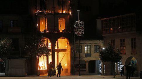 Un incendio arrasa un edificio del casco histórico de Pontevedra