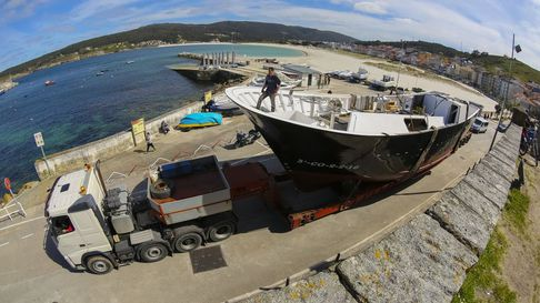 El impactante traslado del barco «Novo Castelao» para su botadura en Laxe