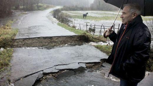 El concejal Jesús Veres observa los daños y la carreera cortada