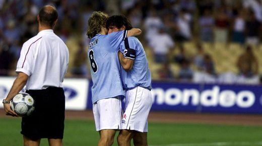 Karpin y Mostovoi se abrazan después de que la Copa se decantara del lado maño.
