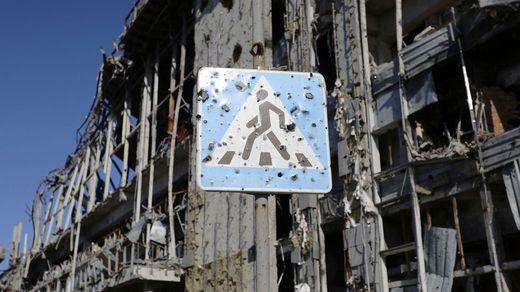 Imagen de una señal de tráfico en Donetsk totalmente agujereada por las balas. Esta ciudad ucraniana fue una de las más castigadas por los combates entre el Ejército ucraniano y las tropas separatistas.
