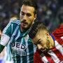 Bruno en un cruce con el jugador del Atlético, Carrasco