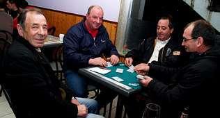 Sergio Ben (a la derecha) estuvo arropado por numerosos clientes y amigos en la fiesta de apertura de su establecimiento de Noal.