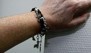 La pulsera cuenta con nueve abalorios del entroido.