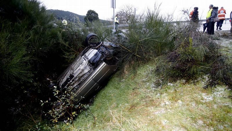 Espectacular accidente en Ourol al salirse de vía y volcar un coche debido al granizo