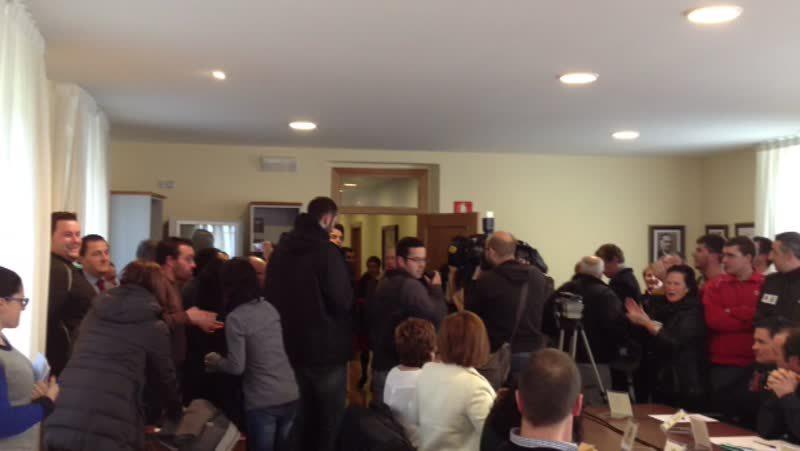Diego Calvo, recibido entre abucheos a su llegada al pleno de Cesuras