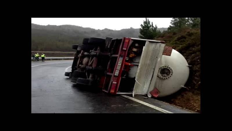 Vuelca en Leiro un camión cargado de gas propano