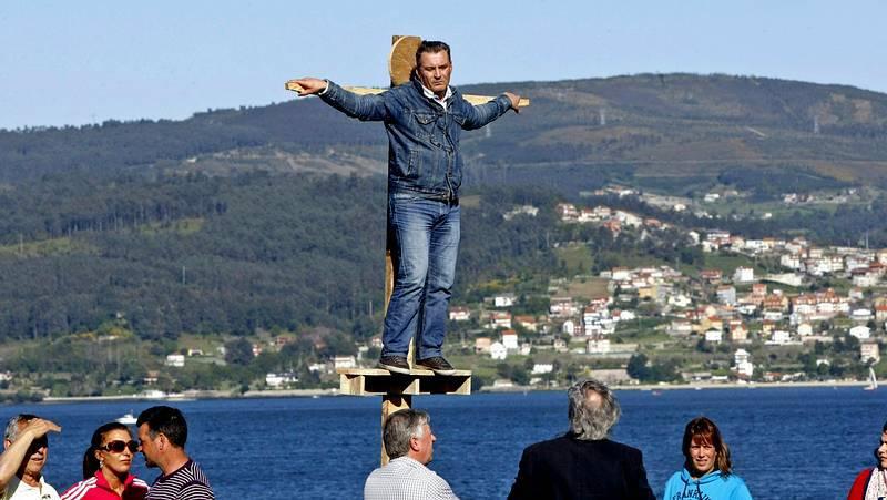 El alcalde de Vilaboa se sube a la cruz