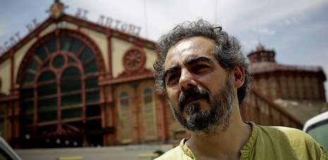 O profesor Raimundo Viejo, diante do mercado barcelonés de Sant Antoni, onde o entrevistou La Voz de Galicia.