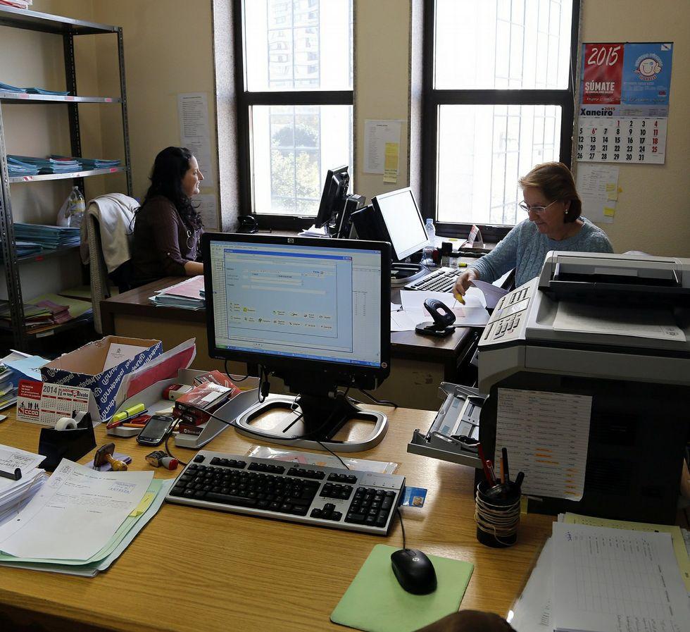 Funcionarios del juez de refuerzo de social, en su oficina.