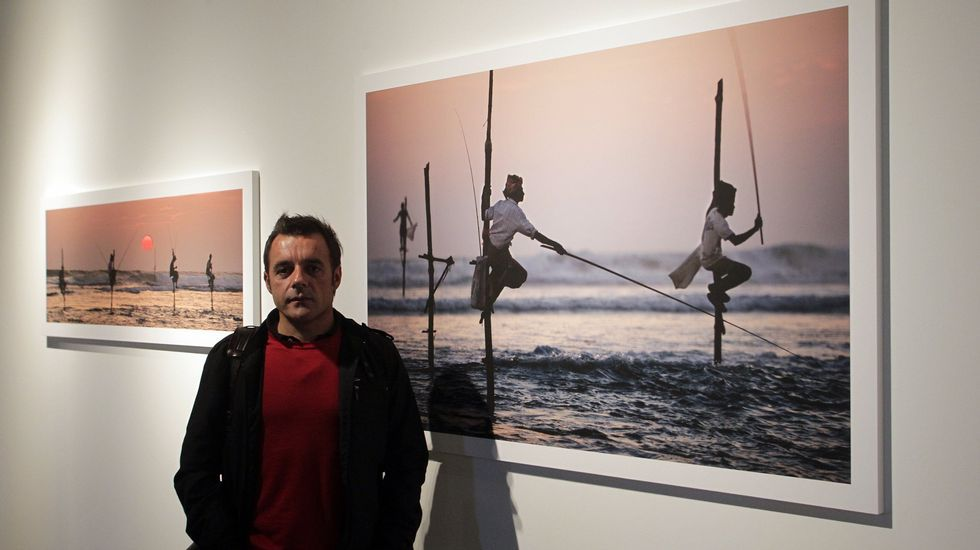 Javier Teniente posa con una de sus obras en el Museo do Mar de Galicia