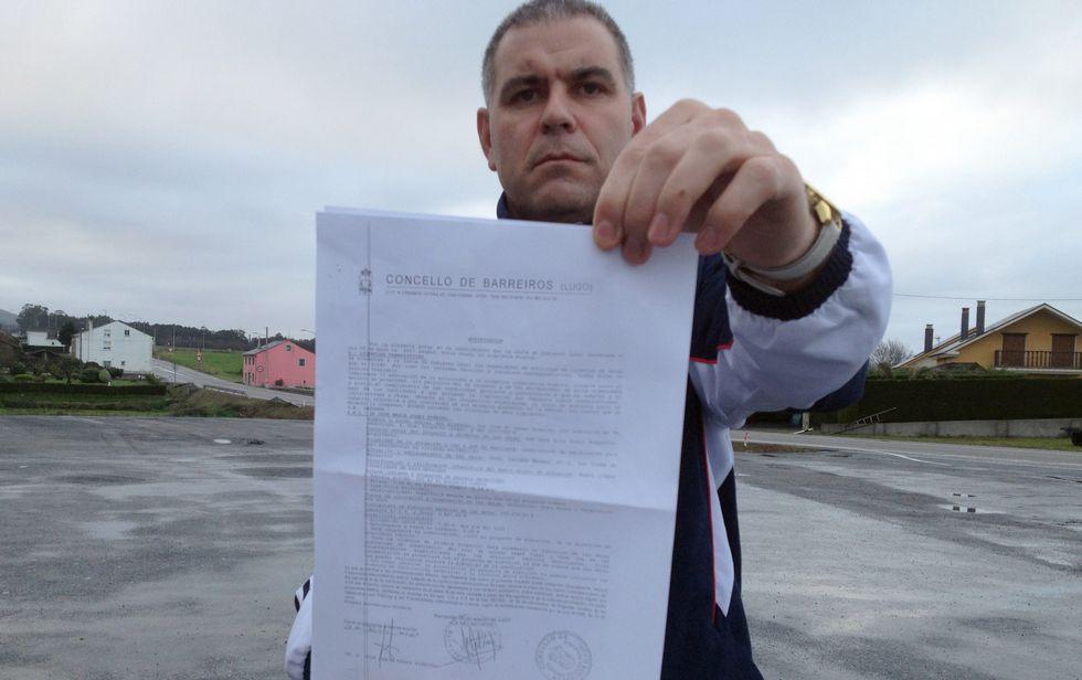 Gómez Puente muestra la licencia de obra que le concedió el Ayuntamiento de Barreiros.