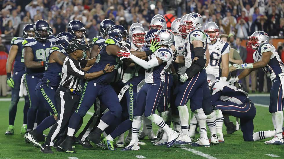Los jugadores del Seattle Seahawks y los de New England Patriots en la final de la Super Bowl