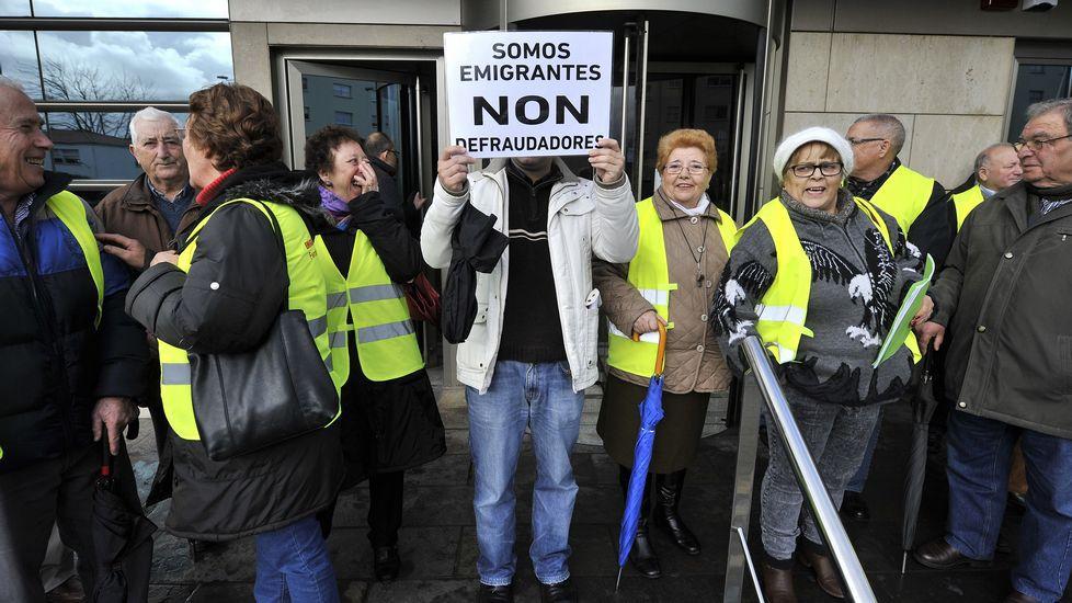 Protesta de los emigrantes retornados ante el edificio de Hacienda en Ferrol