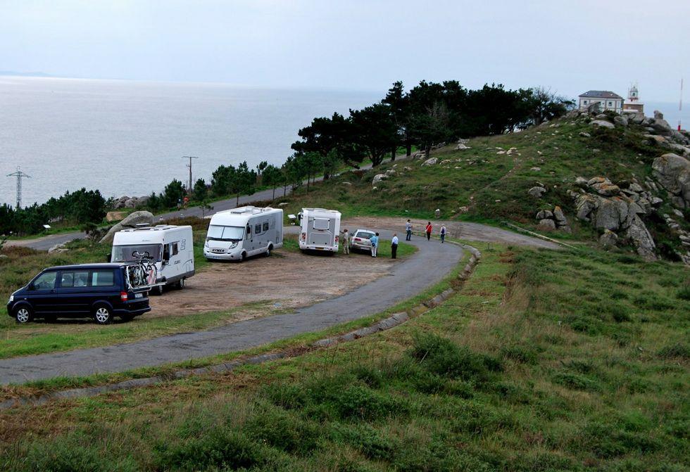 El entorno próximo al cabo Fisterra es utilizado por los autocaravanistas para aparcar y pernoctar.