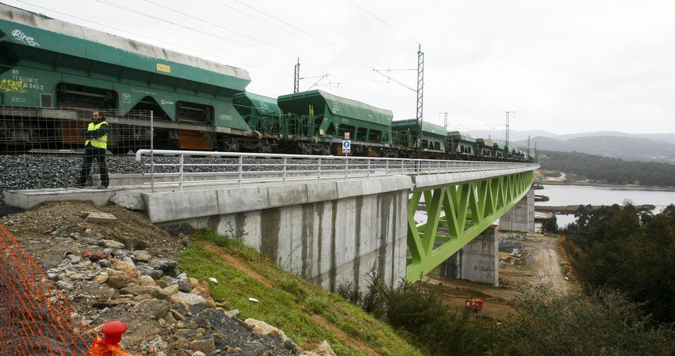 Los vagones circulan por el puente a varias velocidades y se detienen en algunos puntos para comprobar que la estructura aguanta.