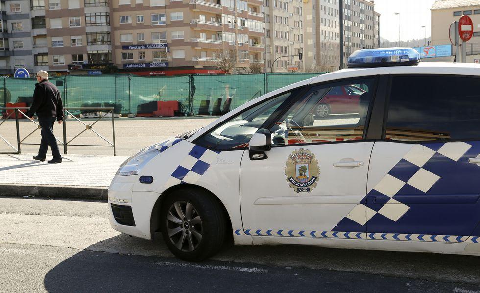 Una patrulla policial en coche seguía ayer clavada junto a la rotonda de Coia para evitar que la ocupen colectivos vecinales.