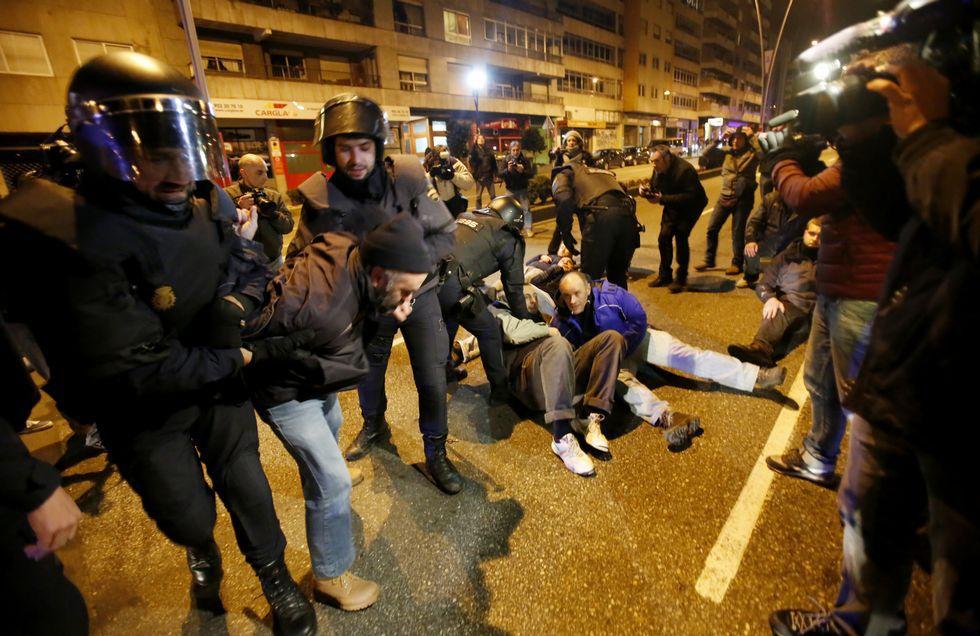 Un grupo de vecinos se encadenó y se sentó en la calzada en la avenida de Castelao intentando evitar el avance del transporte.