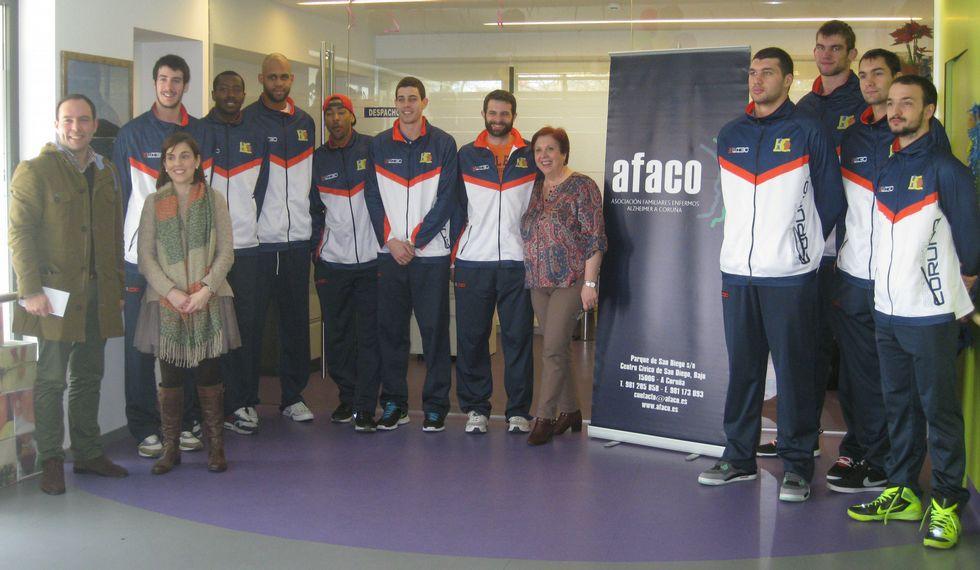 El Básquet Coruña, con AFACO. Los jugadores del equipo coruñés visitaron el centro terapéutico de Salvador de Madariaga. El partido de mañana está dedicado a la Asociación de familiares de enfermos de Alzheimer y otras demencias de A Coruña.