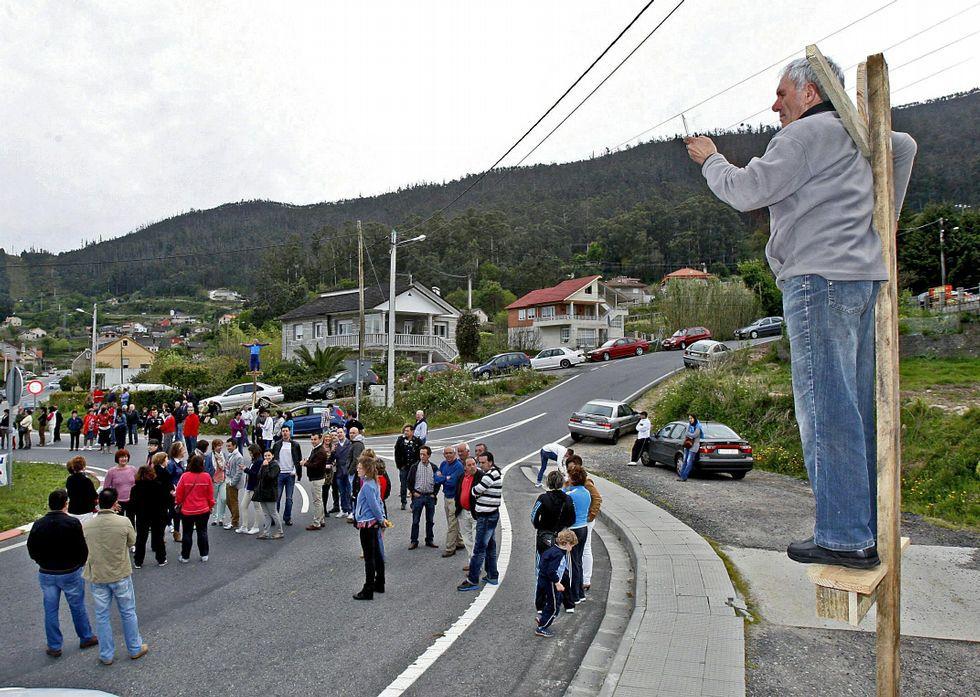 Los vecinos de Vilaboa llegaron a hacer una crucifixión simbólica por sus núcleos en el 2013.